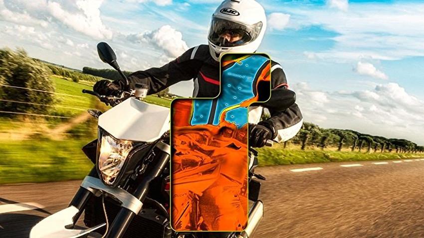 Bikefahrer trägt eine Kühlweste von cooline auf seinem motorrad